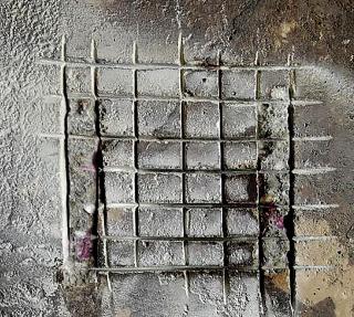 Obr. 6a) Meranie alkality betónu pri portáli - skarbonatovaný povrch betónu v hĺbke 5 mm