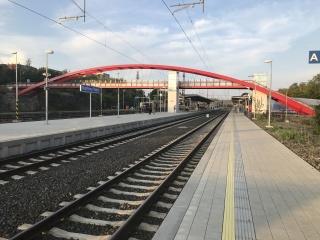 Západní pohled na ocelovou obloukovou lávku přemosťující koleje Horního nádraží v Karlových Varech