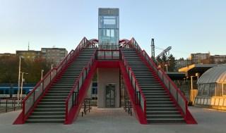 Pohled na nástupní schodiště s hlavním výtahem