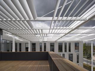 Pohled z terasy před knihovnou na stínicí konstrukci