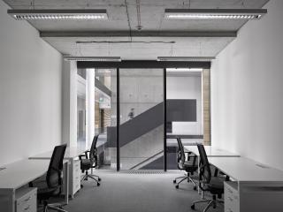 Jedna z kanceláří situovaných směrem do vstupního atria