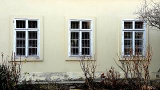 Obr. 11 Příklad užití nenasákavých omítek na fasádě i v interiéru stavby.