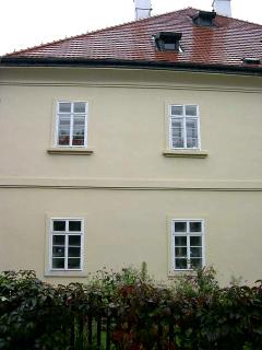 Obr. 09 Příklad užití nenasákavých omítek na fasádě i v interiéru stavby. V každé roční době je na oknech patrná kondenzace vody.