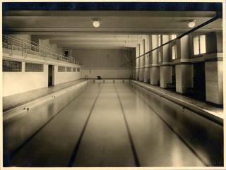 Bazénová hala s tribunou – původní stav (zdroj: archiv Palác YMCA, s.r.o.)