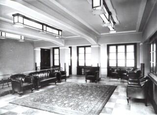 Hala v mezaninu – původní stav. Z haly byla přístupná knihovna a kavárna (zdroj: archiv Palác YMCA, s.r.o.).