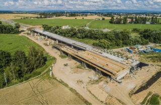 Pohled na SO 201, estakáda přes Dolecký a Jezbinský potok, připravený sedmý takt pravého mostu a bednění prvního taktu levého mostu