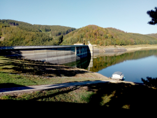Obr. 2 Stav vodní hladiny na vodárenské nádrži Vír, pohled na návodní stranu přehrady v září 2018