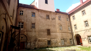 Vnitřní nádvoří konventu směrem k jihu – původně rajský dvůr kláštera, současný stav