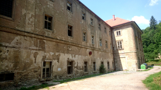 Pohled na klášter od východu; současný stav vnějších fasád a jejich poruch z hlediska vlhkosti
