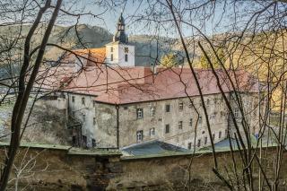 Pohled na klášter sv. Jana pod Skalou