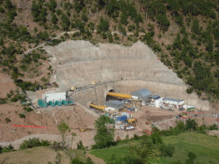 Obr. 06a Jižní portál tunelu Chenani – Nashri pod průsmykem Patnitop (2012) v letních měsících