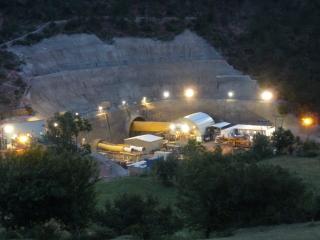 Obr. 01 Jižní portál tunelu Chenani – Nashri pod průsmykem Patnitop (2012) v noci