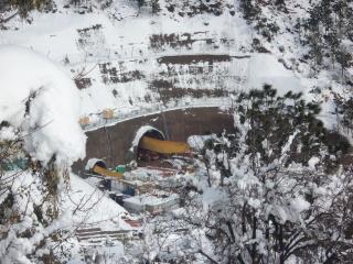 Obr. 06b Jižní portál tunelu Chenani – Nashri pod průsmykem Patnitop (2012) v zimních měsících