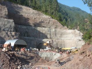 Obr. 07a Severní portál tunelu Chenani – Nashri pod průsmykem Patnitop (2012)