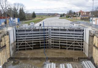 Pohled na uzavřená vrata nového povodňového uzávěru plavebního kanálu situovaného při mostě 003.C