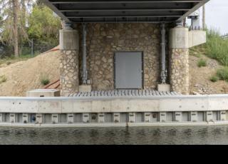 Silniční most 003.A – pohled na kamenný obklad se vstupem do technologické místnosti