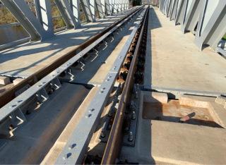 Šikmý styk kolejnic na železničním mostě