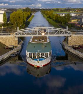 Zdvižný most s proplouvající lodí