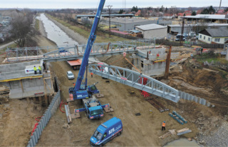 Silniční most 003.A – pohled na montáž hlavních nosníků nové ocelové konstrukce