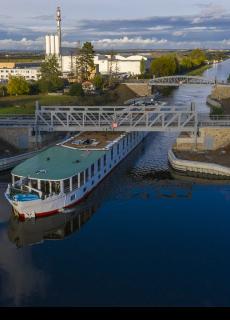 Pohled na zdvižné mosty 003.B a 003.A s proplouvající lodí Florentina