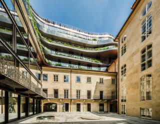Z dnes již veřejně přístupného nádvoří lze nejlépe pozorovat propojení budov a složitost celého projektu (foto: Tomáš Malý)