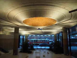 Nasvětlení české placky s reminiscencí stropní růžice v hlavním vstupním lobby