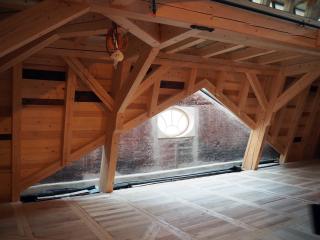 Krovy jsou navrženy jako tesařské konstrukce z hoblovaného masivního dřeva