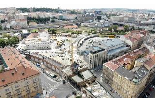 Obr. 01 Betonáž mostu přes Křižíkovu ulici, pohled směrem k autobusovému nádraží Florenc