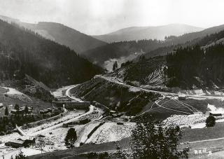 Přehradní profil s přehrázkou u budoucího vtoku do odtokového tunelu (1911)