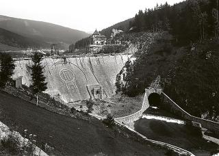 Na vzdušním líci přehrady byl umístěn reliéf rakouské  orlice a  níže  z obkladových kamenů vytvořen emblém s iniciálami F. J. k poctě panovníka císaře Františka Josefa I.