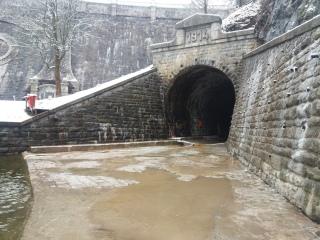 SO 08 Rekonstrukce levobřežní zdi na výtoku, výtokový portál tunelu s emblémem letopočtu 1914 značícím období výstavby přehrady
