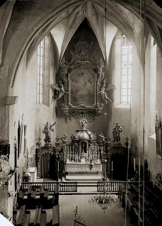 Presbytář děkanského kostela Proměnění Páně na hoře Tábor před rekonstrukcí na fotografii od Ignáce Šechtla (před rokem 1897, volné dílo)