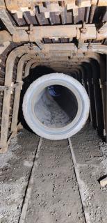 Obr. 11 Jednotlivé trouby mají napevno namontovaný pojezd, který se následným přivařením ke kolejnici stane spojujícím prvkem zabraňujícím vyplavání potrubí, a to při finální zálivce štoly popílkobetonovou směsí