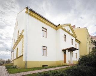 Pohled na budovu farního úřadu po renovaci