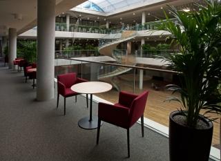 Otevřený prostor interiéru budovy