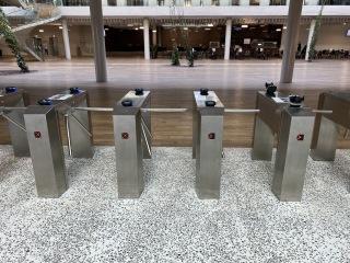Biometrické  čtečky při vstupu do budovy