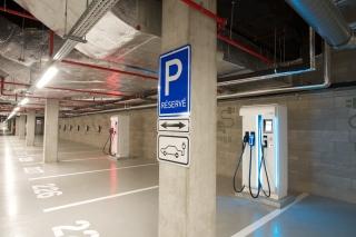 Dobíjecí místa pro elektromobily v prostorách podzemního parkoviště