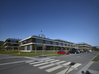 Novou administrativní budovu ČSOB tvoří sedm navzájem propojených pavilonů