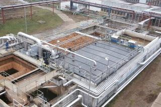 Druhý stupeň – chemické čištění (koagulace, flokulace, separace v lamelových nádržích) a biofiltr s předřazenou vodní pračkou vzduchu