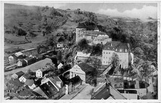 Historický pohled od jihovýchodu na zámek a hrad – v popředí most