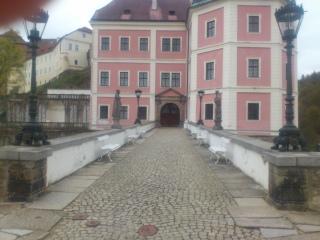 Mostovka v současné době, pohled od města k zámku