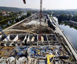 Nová vodní linka na Císařském ostrově v Praze během výstavby, pohled na východ