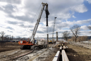 Těžba těsnicí podzemní stěny na severní straně stavební jámy