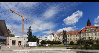 Obr. 01 Pohled na areál Nemocnice České Budějovice, a.s., od vstupního terminálu. V pozadí siluety jeřábů při výstavbě.