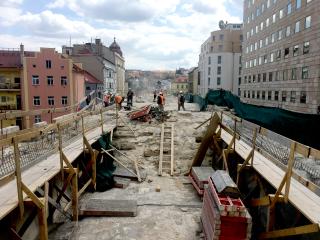 Obr. 08 Práce na mostě, betonáž roznášecích prahů