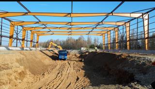 Obr. 10 Výstavba ocelové konstrukce haly GAU
