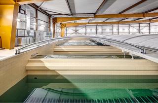Obr. 16 Hala GAU, 2.NP, proces plnění filtrů aktivním uhlím – příprava pro zahájení napouštění směsi vody a GAU