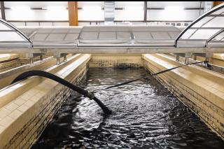 Obr. 17 Proces plnění filtrů aktivním uhlím – směs GAU a vody natéká do filtru