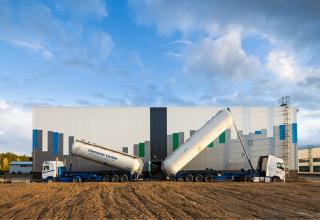 Obr. 18 Proces plnění filtrů aktivním uhlím – cisterna vpravo je v pracovní poloze pro přepravu GAU hadicí