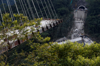 Obr. 06a Most Chirajara Bridge v Kolumbii – kolaps jedné poloviny mostu